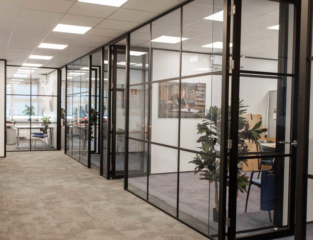 afgesloten kantoren met glazen muren om de productiviteit te verhogen